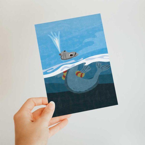 Seehund Postkarte, Kinderillustration, Robbe aus Pinipas Abenteuer, Illustration von Annika Kuhn, klimaneutral und in Kleinserie produziert
