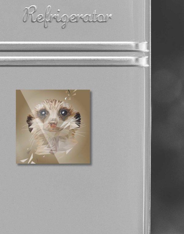 Erdmännchen, Tierportrait im Lowpoly-Stil auf Kühlschrankmagnet, Kleinserie klimaneutral und fair produziert, nah